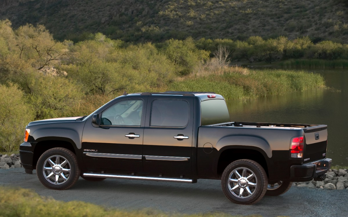2013 gmc sierra denali delivers shrubbery and more with style gaywheels. Black Bedroom Furniture Sets. Home Design Ideas