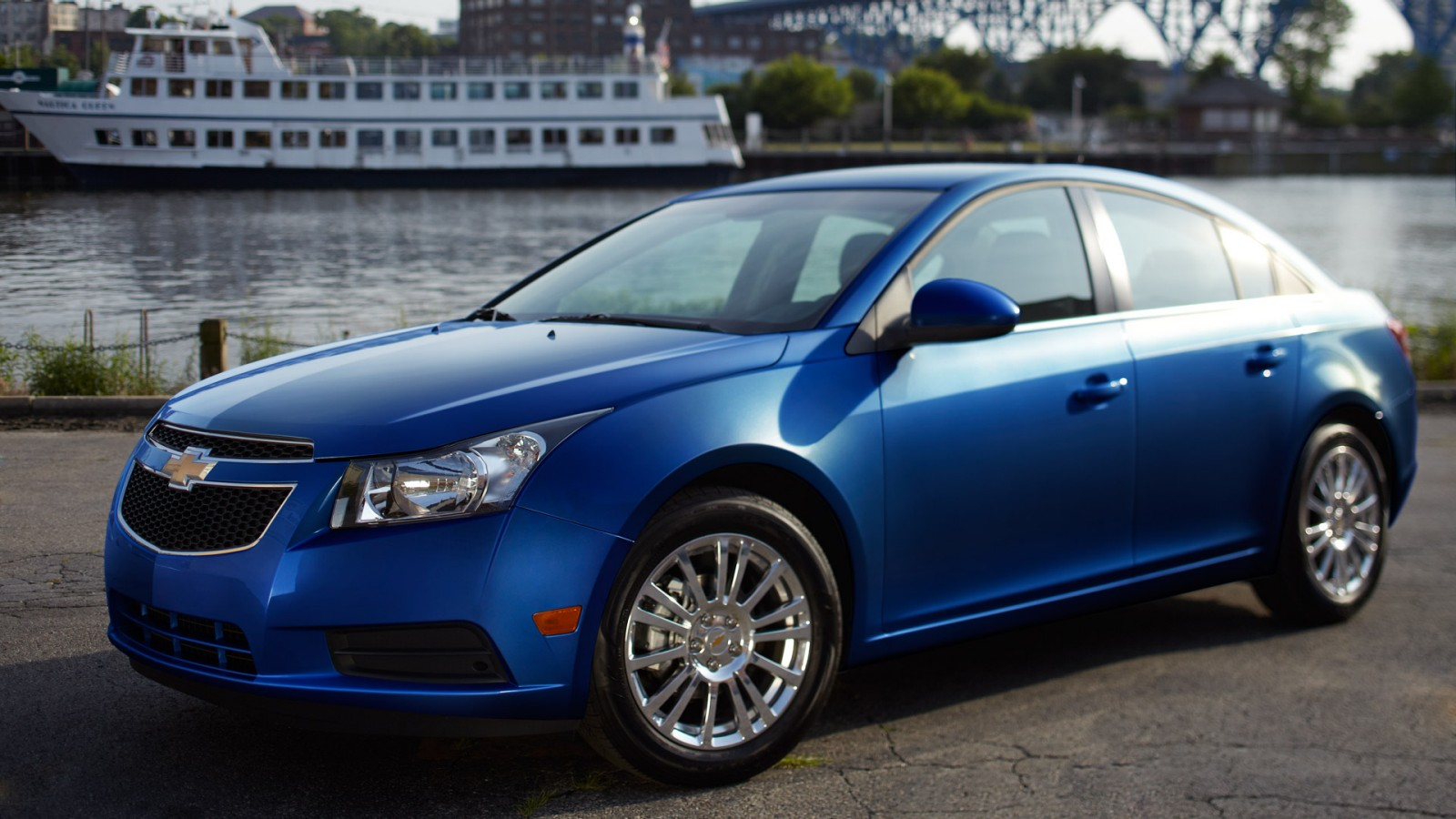 2013 chevrolet cruze eco woos drivers with brains and brawn gaywheels. Black Bedroom Furniture Sets. Home Design Ideas